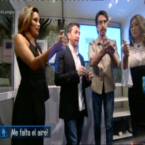 Hollywoodstar Eva Longoria (left) tries to light a fire in the OxyReduct®-cabin of WAGNER together with the presenter Pablo Motos (3rd from the left) and other guests - in vain. Copyright: El Hormiguero, Antena 3